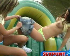 Twee jonge lesbische meisjes in een rubber boot