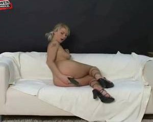 Blonde stoot vingert haar geile kutje