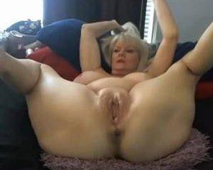 Deze oma masturbeert met een grote dildo voor de webcam