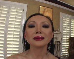 Geile Aziatische mastubeerd met een vibrator en krijgt een orgasme
