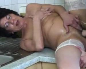 Geile buurvrouw met een vuist in haar kut geneukt door het buurmeisje