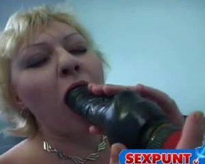 De dikke zeug mastubeerd terwijl haar man filmt