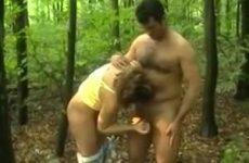 Een bukkake in het bos voor de pijpgrage Annika